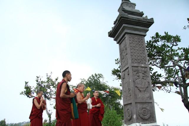 Yang Mulia Khenzur Rinpoche mengunjungi Tugu Je Rinpoche