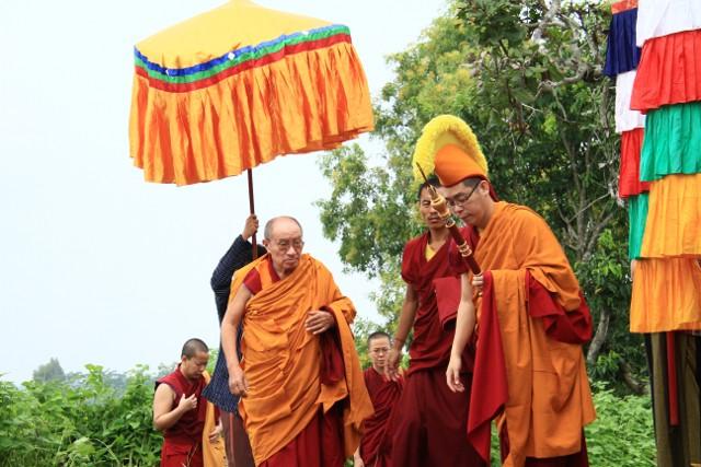 Iring-iringan menyambut kedatangan Yang Mulia Khenzur Rinpoche di Tanah Biara